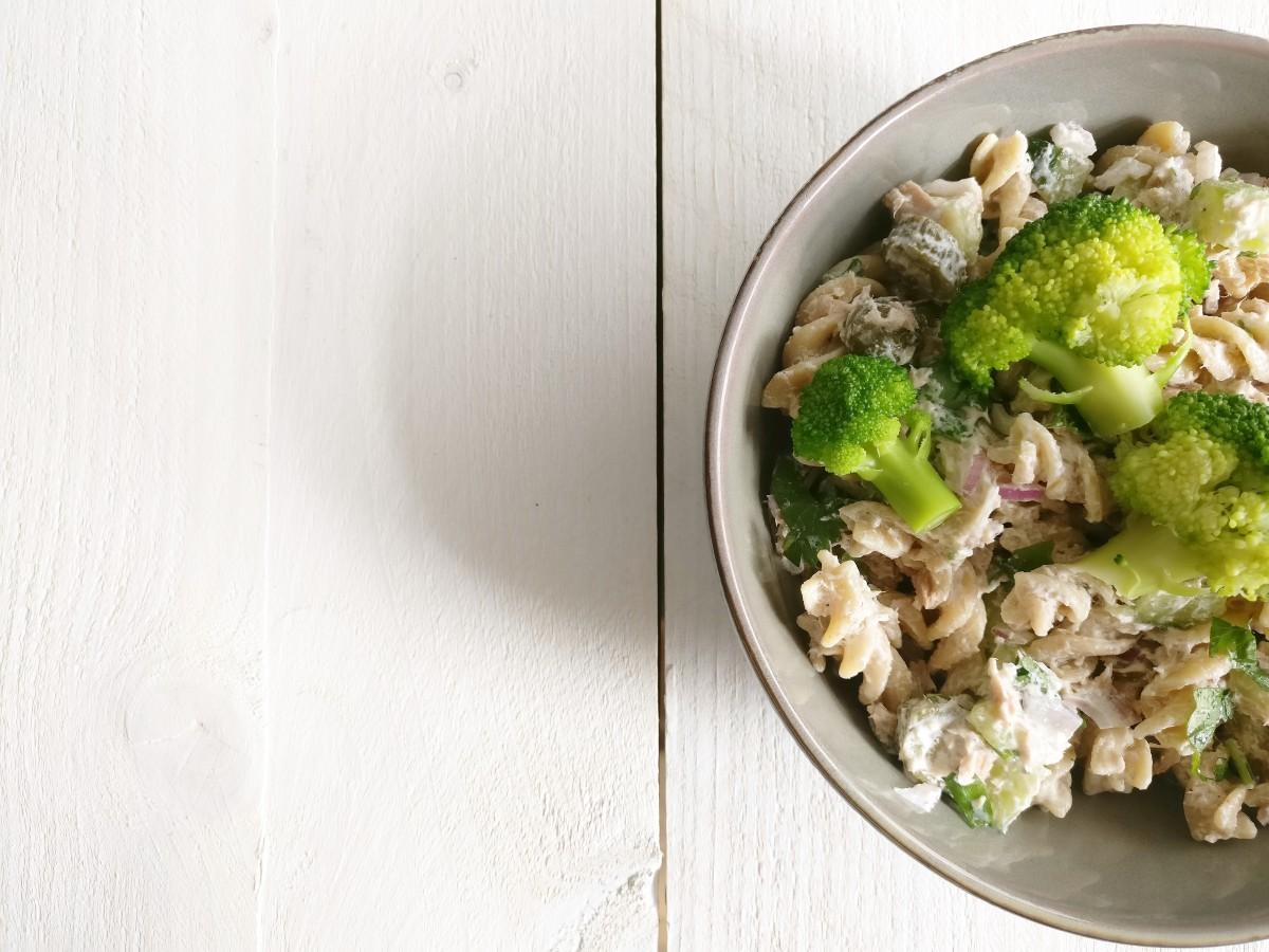 Zomerse pastasalade met tonijn, augurk en citroen-yoghurtsaus 2