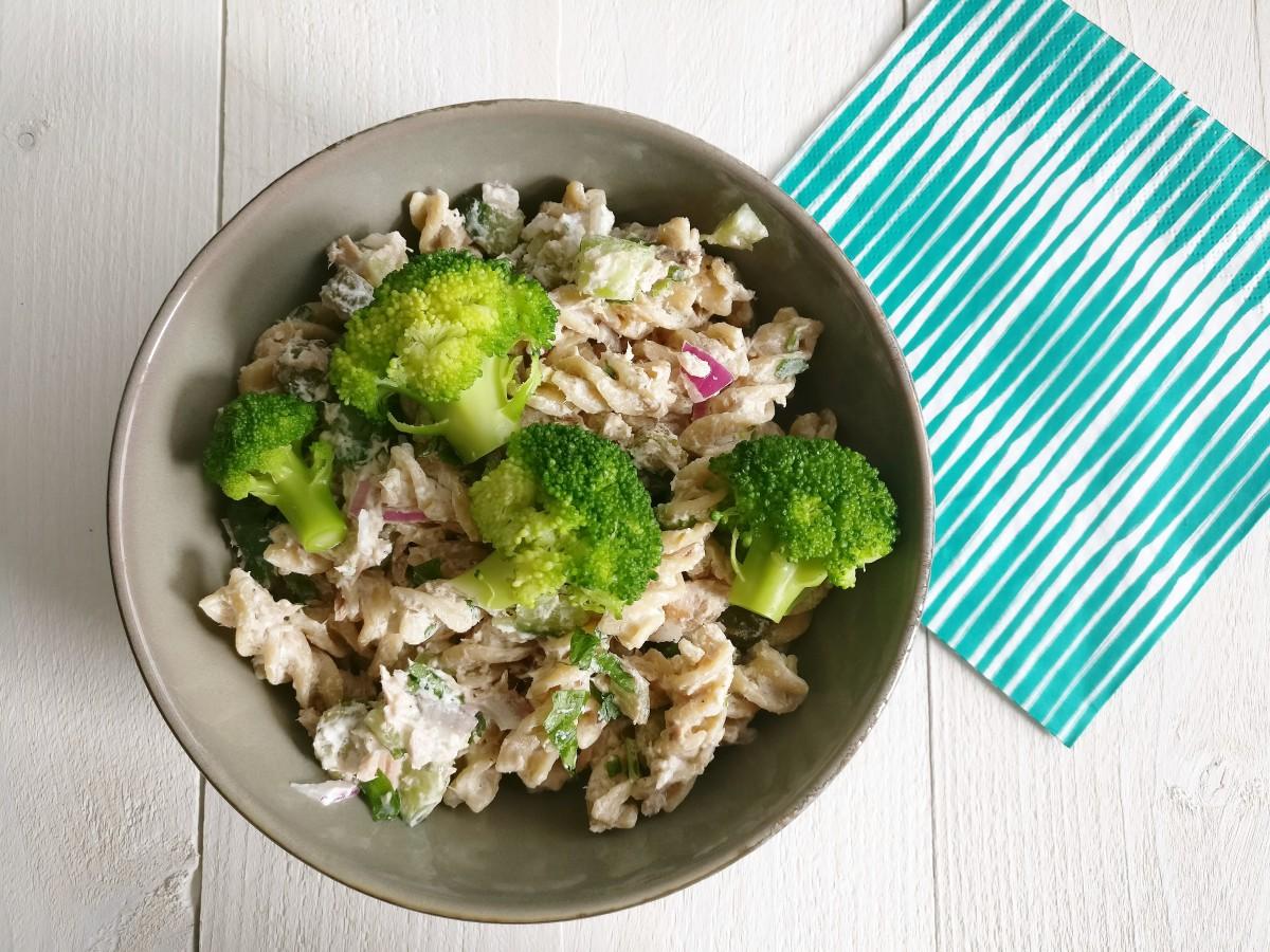 Zomerse pastasalade met tonijn, augurk en citroen-yoghurtsaus 3